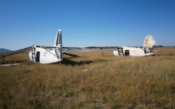 Заброшенный ангар и самолеты малой авиации (Читинская область